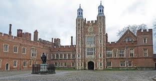 Het Eton College met standbeeld van de oprichter, Henry VI